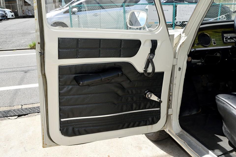 英国のチューダー様式の様なコントラストのハッキリとしたドア内張り。例によってフニャフニャパネルが貼ってあるだけなのですが、おしゃれに見えるから不思議!