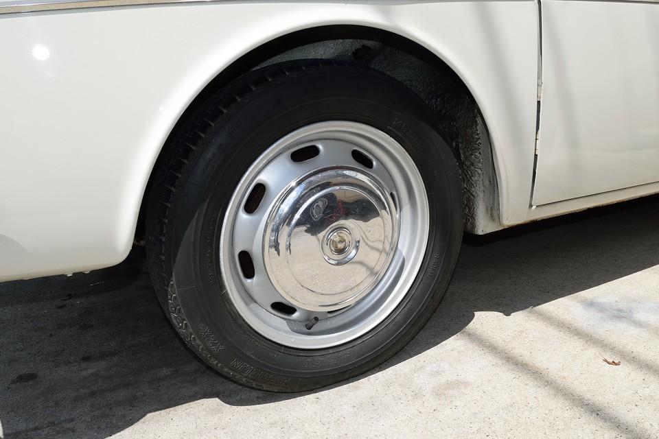 これまたシンプルな鉄ッチンホイール&ホイールキャップ!タイヤは現在ミシュランXZXで、残溝もありますが、ヒビがあり古い様なので、ご成約いただきましたら、なんと同じミシュランXZX4本新品交換サービスです!