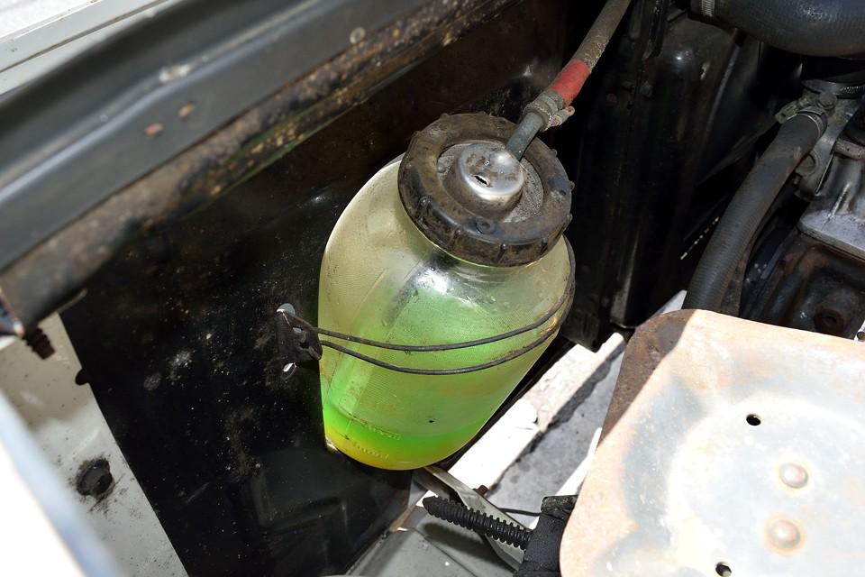 もう、お判りですね(笑) そう、ガラス瓶のLLCリザーバータンク!こっちはオリーブオイルと言うより、ピクルスが似合う感じ・・・。