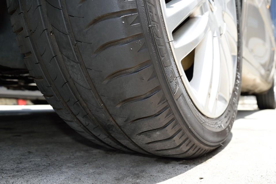 タイヤの残溝は8分山というところでしょうか。当分交換の必要はなさそうです。