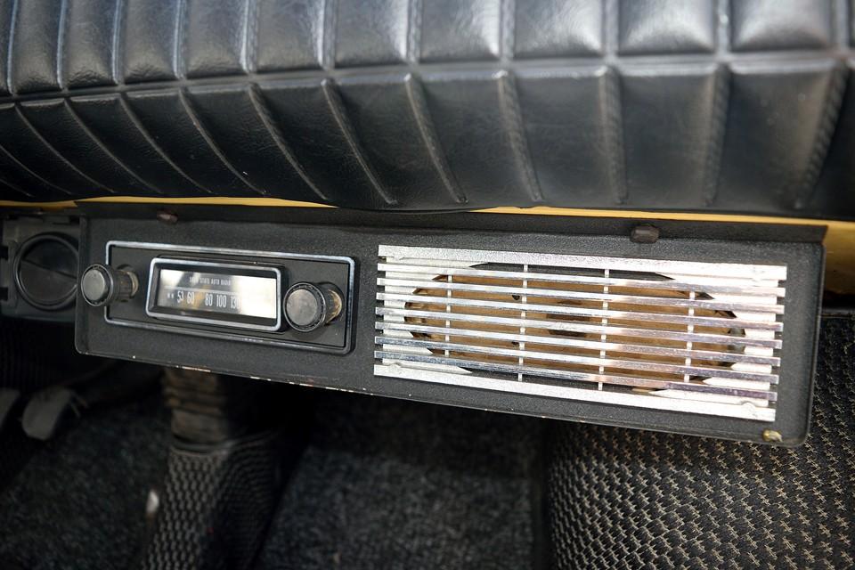 そしてこの個体にはなんと、こんなラジオユニット付き!取付パネルの素材や形状を見るととても良く出来ているので純正っぽいのですが、真偽は不明・・・しかし、モノラルスピーカーから流れる音は・・・70年代の音なのです~!