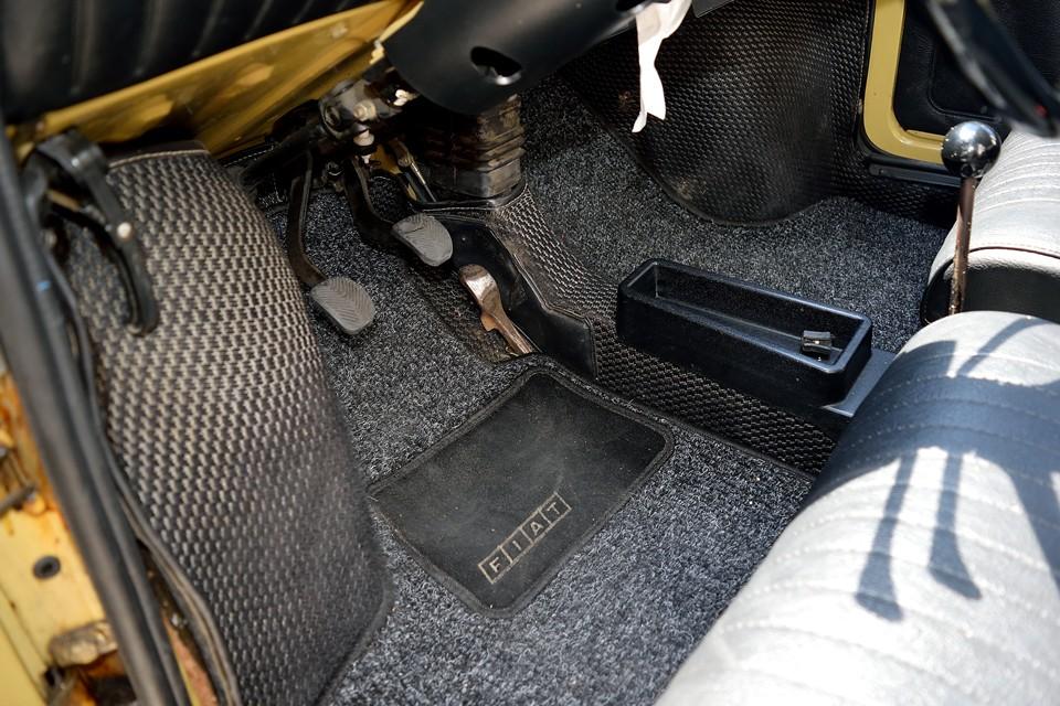純正フロアマットはフロント席の足元からシート下を通って、リアシートの足元まで繋がる長~い一枚もの。おそらく床からの遮音も兼ねてるんでしょうね。