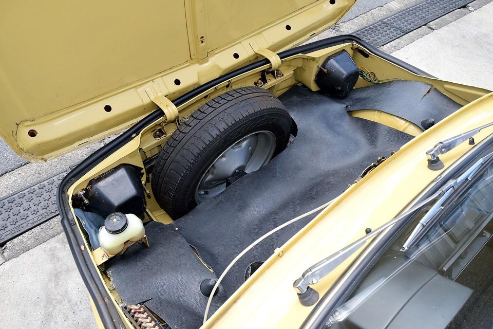 RRですのでフロントがトランクですが、スペアタイヤのせいで、ご覧のスペース・・・大量の荷物を積む方はいらっしゃらないと思いますが、それにしても容量は少なめですね。