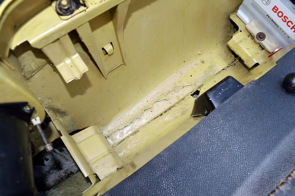 スペアタイヤ下の錆びやすい部分に、やはりサビで欠けた部分が見られますが、サビ止め後、補修塗装(筆塗り)されていますので、これ以上の進行はなさそうです。 ヘッドライト下部分は更にサビが進んでしまったんでしょうね、ちゃんと切り取って、鉄板を溶接で張り直しています。これなら安心!