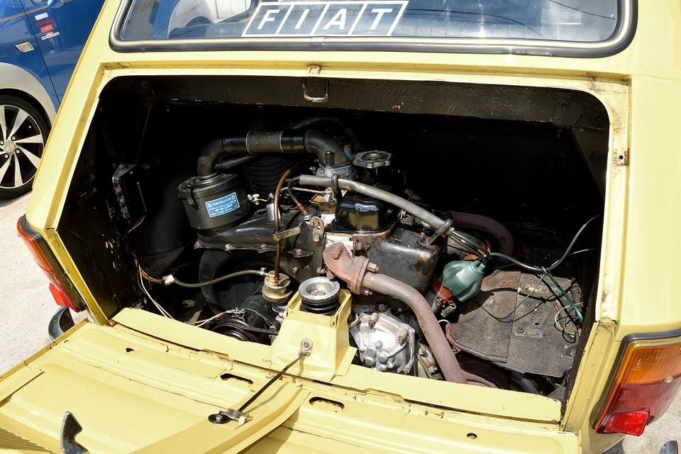 エンジンルームにも松脂が・・・これはさすがにエンジン降ろさないといけないので・・・その代りと言うわけではありませんが、弊社にてキャブレターO/H、タペットカバーパッキン交換、クランクカバーパッキン交換、フィルター清掃、エンジンマウント交換、シフトリンクブッシュ交換、ヘッドカバー、アンダーカバー塗装しました!なので126持病のオイル漏れも無く、調子も絶好調!