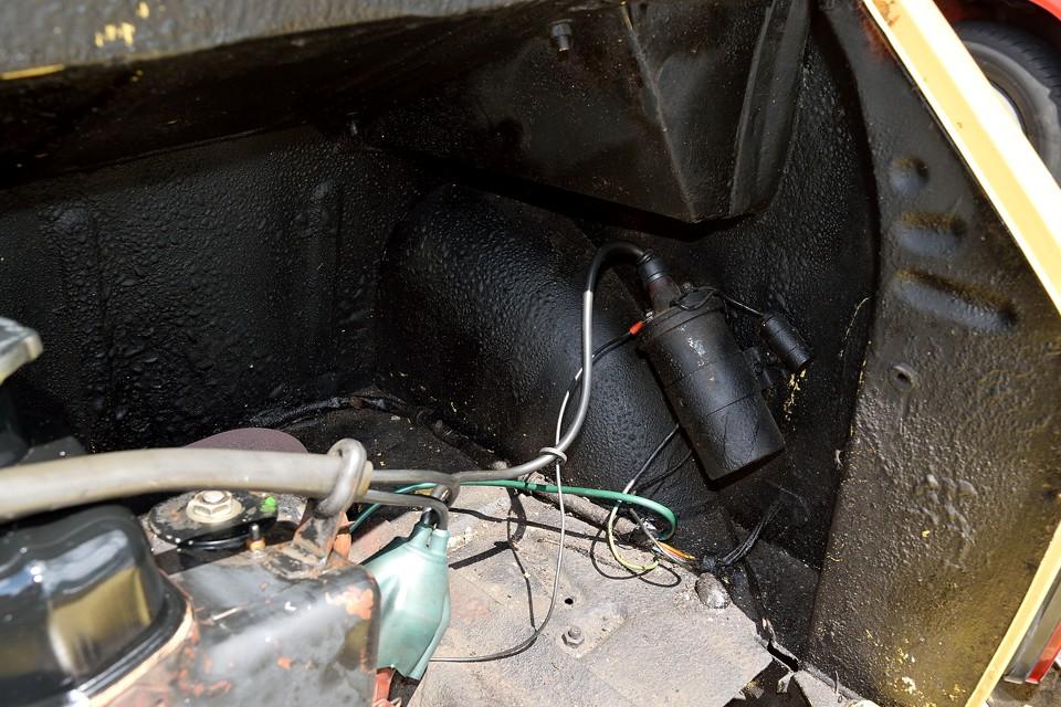 汚れも目立たない上にサビの心配もないんですから、エンジンルームはむしろこの松脂状態の方が宜しいかと・・・。