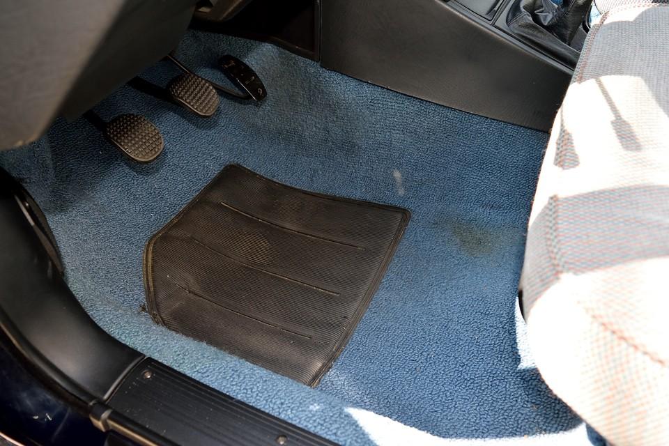 フロアマット下のカーペットが、この程度の汚れです。清潔度合いがお判りいただけるかと・・・。