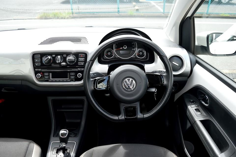 白いボディだからこその、この白黒インテリア!しかも質感もいいし、ドイツ車ならではのガッチリした建付けがいい~!どっかの国の「ペナペナ」インテリアとは違うのです。