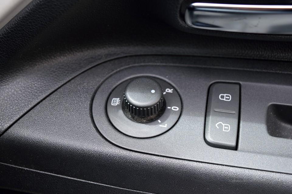 おまけにドアミラーにはミラーヒーターも装備!ミラーが曇ったりしたときに威力を発揮するスグレモノ!このクラスにシートヒーターやミラーヒーターを装備するなんて・・・気合入ってるぅ~!