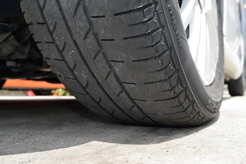 タイヤは残溝はまだありますが、ヒビが結構あるので、ええい、ここは思い切って・・・ご成約いただきましたらタイヤ4本新品交換サービスしちゃいま~す!どうですか~奥さ~ん!(笑)