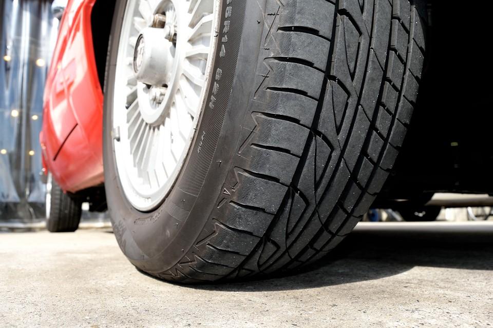 タイヤ残溝もタップリ!8分山というところでしょうか。タイヤは現在ブリジストンPlayzです。このサイズはミシュランやピレリ、他の国産メーカーもありますので、今後のタイヤの入手も心配なし!