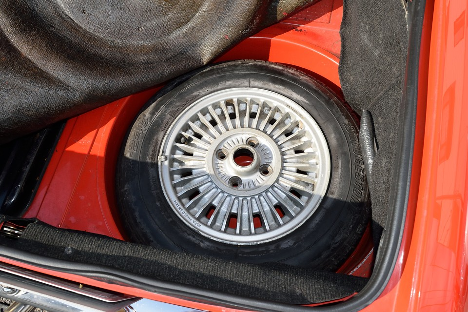 スペアタイヤももちろん付属しますが、かなり古そうですので、そろそろ交換の時期でしょうか。
