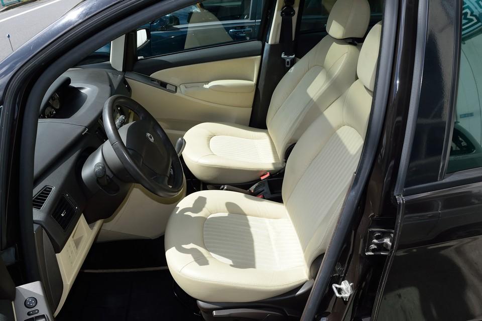 ボディカラーとのコントラストが鮮やかな、明るめのベージュシート!肉厚な座面で座り心地も☆☆☆!これ1.4Lのコンパクトトールワゴンのシートですので、念のため。