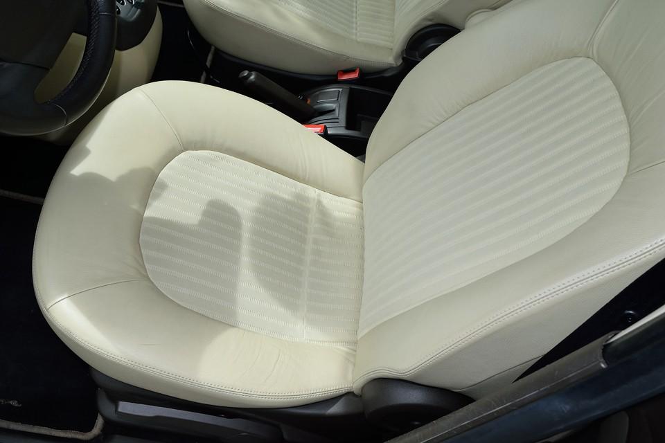 真ん中がメッシュ生地で周りが本革です。一番汚れる運転席でこの状態ですから、全体の程度の良さもお判りいただけるかと・・・。