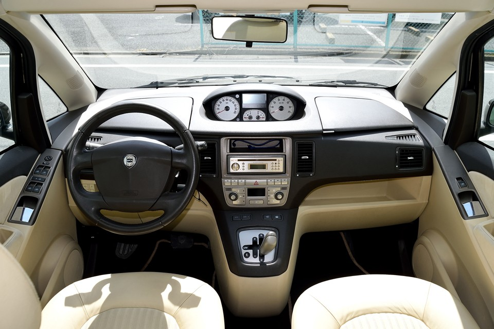インパネはご覧の通り、洗練された素晴らしいデザイン!左右シンメトリーな形状がスッキリと安定した印象を与え、しかもドライバーとパッセンジャーの垣根のない空間を演出!ドライバーが孤立することのないファミリーカーとしての哲学を感じます!
