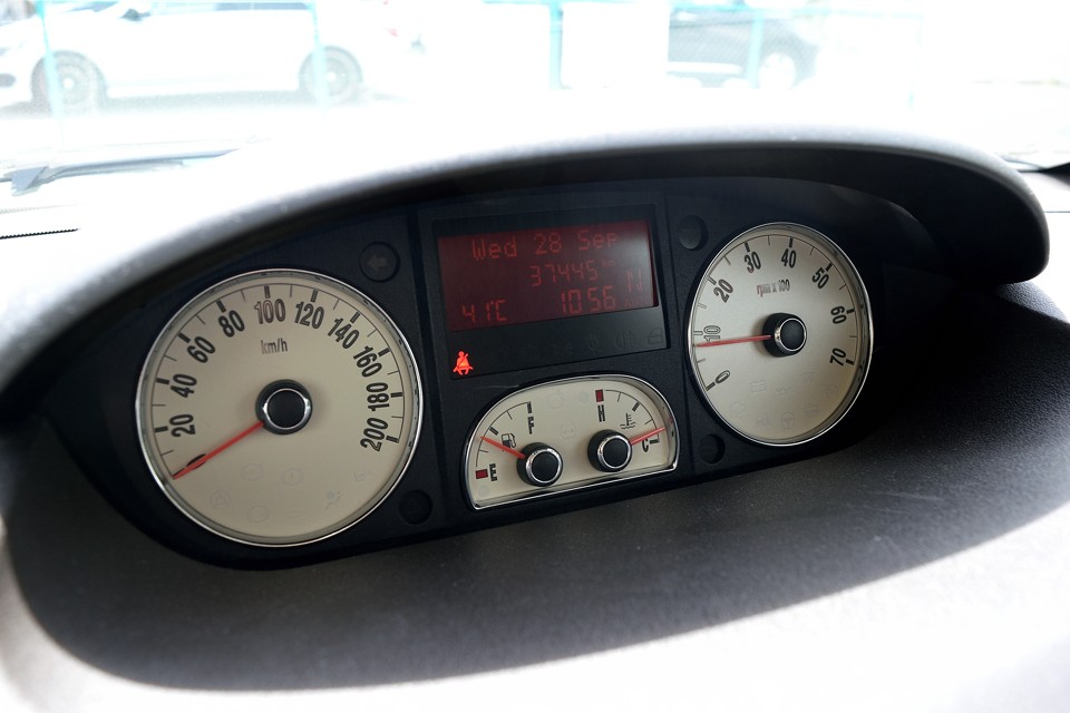 実走行3.8万km!詳しい方ならご存知だと思いますが、ムーザはプントやニューパンダと同じ電動パワステ。これが経年によりガタ付き、異音を発生し、最悪は正常に機能しなくなってしまう弱点がありますが、部品代はかなりの高額!本車両も入庫時、少しガタ付きがありましたので、思い切ってモーターを含むハンドルコラムユニット一式を中古良品と交換済!これだけでもご安心いただけるのではないかと・・・。