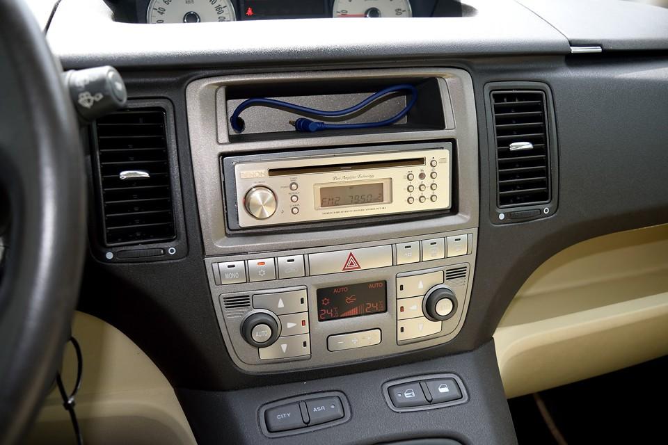 一般車と高級車のひとつの境目!左右独立で温度設定可能なデュアルエアコンを装備!やっぱムーザって高級車なのね。