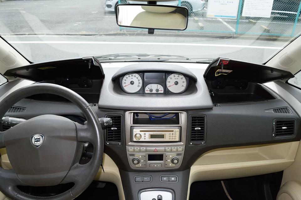 運転席、助手席前にはそれぞれご覧の小物入れを装備!イタリア車にあるまじき?!きめの細やかさ!(笑)
