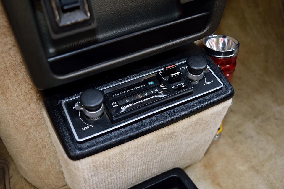 オリジナルのClarion製カセットデッキ&ラジオ!もちろん稼働状態ですので80年代の音質をお楽しみいただけます!