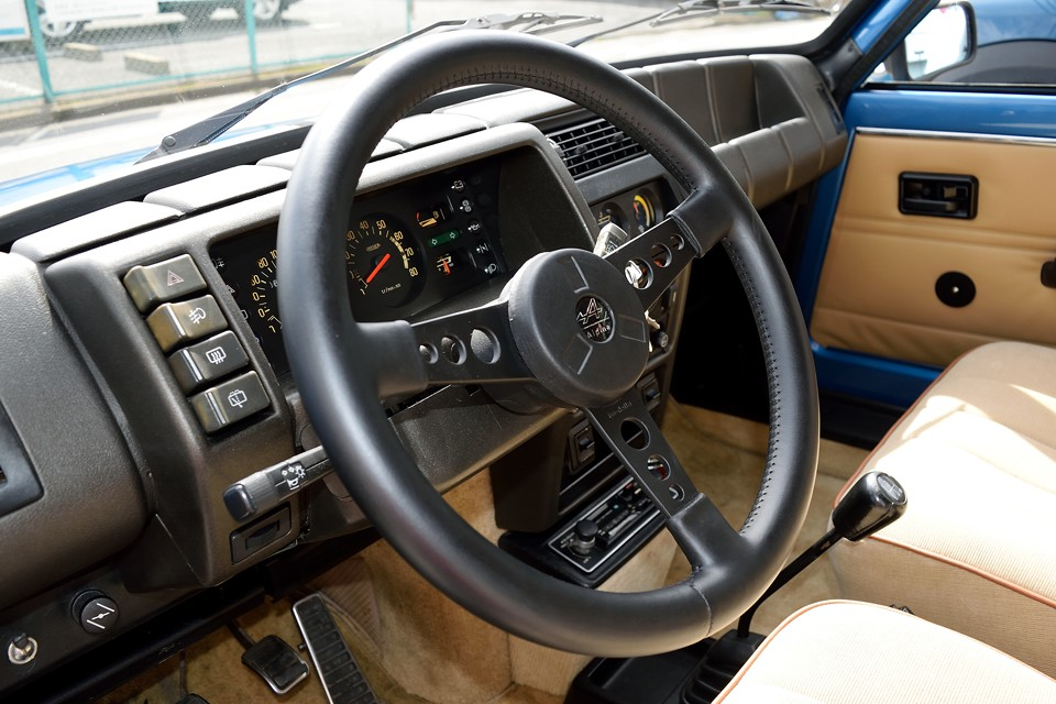 状態の良いハンドルはやはり情報量が豊富です。路面からのインフォメーションを伝えるのは当然ながら、肌触りの良いその感触がドライバーの本能を刺激するのです!
