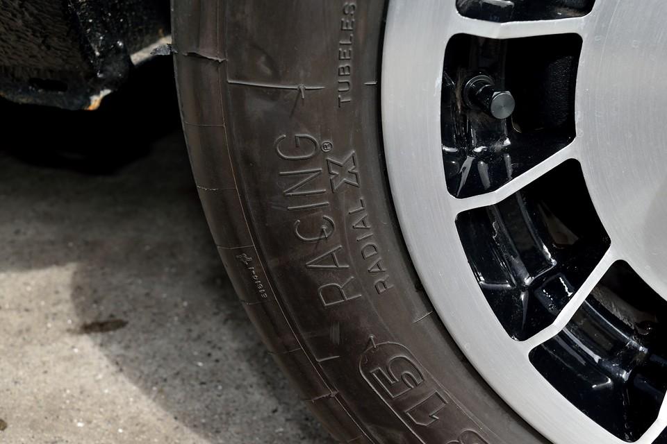 で、何と何とタイヤはClasic MichelinのRACING X!半スリックのめっちゃスゴイヤツ!サイズは16/53R13(=175/60R13)、性能はもとより、そのフォルムがククゥ~!