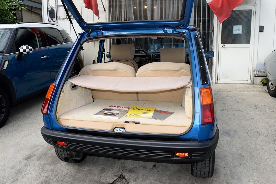 ボディサイズの割にスペースの広いトランクはハッチバック車の良いところ!カーペットの劣化が少し目立ちますが、この状態なら許容範囲かと・・・。