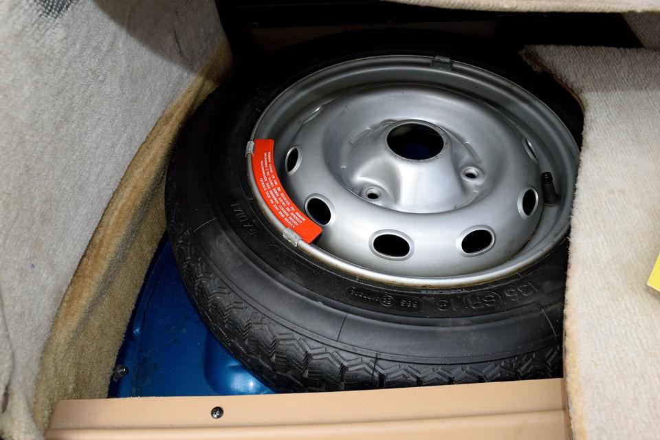 135SR13の細いスペアタイヤももちろん付属します。だいぶ古いようですが、ミシュランXZXを装着!もったいなくて使えないっちゅ~の!