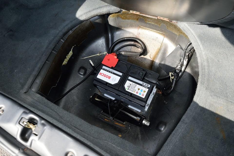 バッテリーと車載ジャッキはトランク床下に設置。少しでも重量物は後ろにあった方が有利ですもんね。