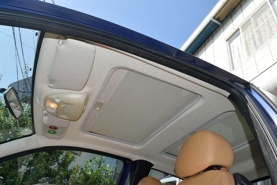 ポップアップ機能付き電動ガラスサンルーフを装備!内側はサンシェードも装備してますので、気分に合わせていろんな使い方が出来ます。