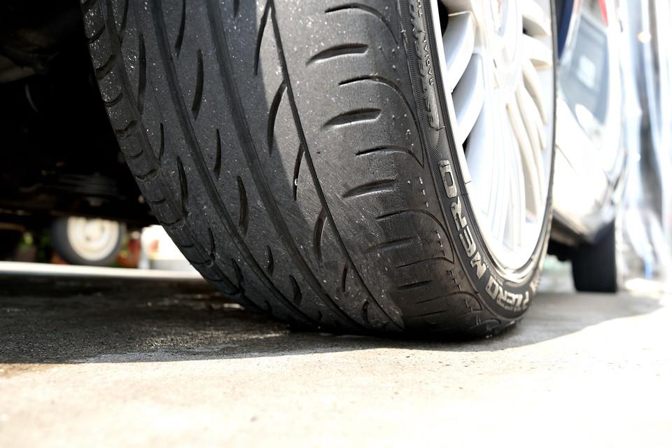 タイヤは195/45R16のピレリP-ZERO NEROを装着!残溝は5分山というところでしょうか。暫くの間、交換の必要はなさそうです。