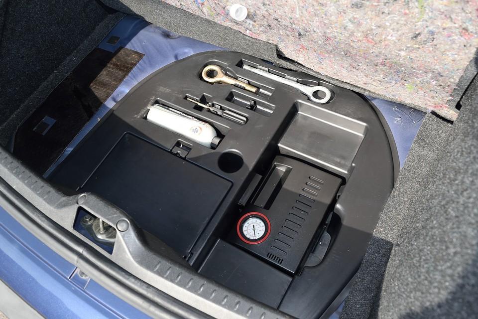 トランク下には工具とパンク修理キットを装備。最近はスペアタイヤではなくて、ポンプやボンベとかのキットが付属します。