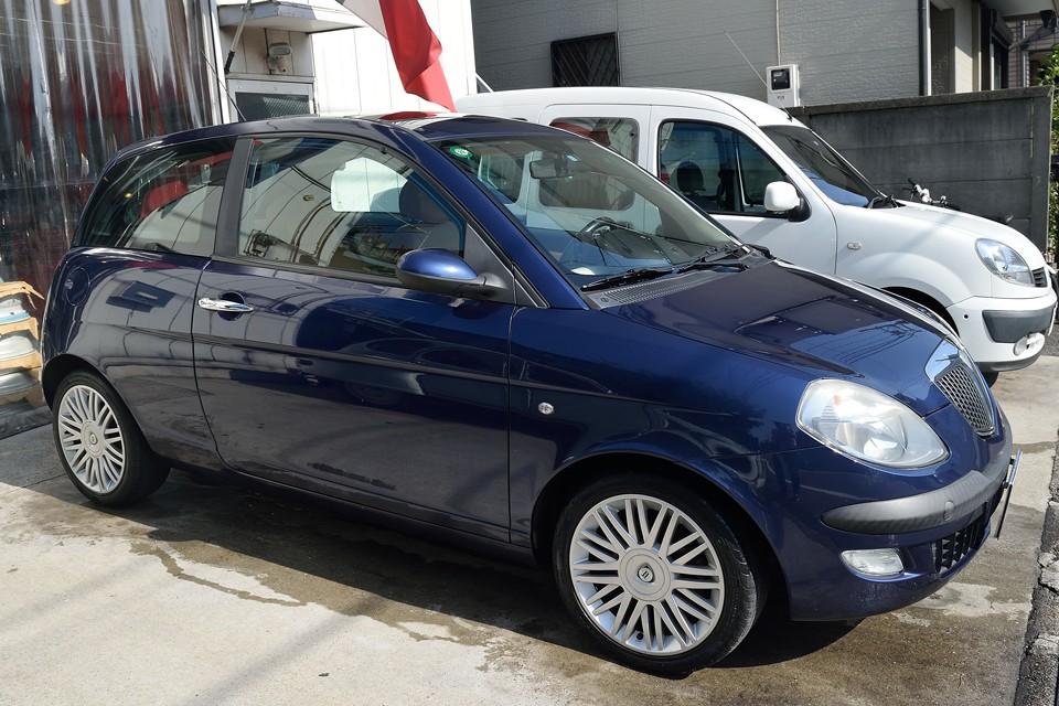 本車両のボディカラーは往年の「ランチアブルー」を彷彿とさせる「BLU VIVALDI」と呼ばれる美しいブルー!やはりランチアにはブルーが似合いますねぇ。