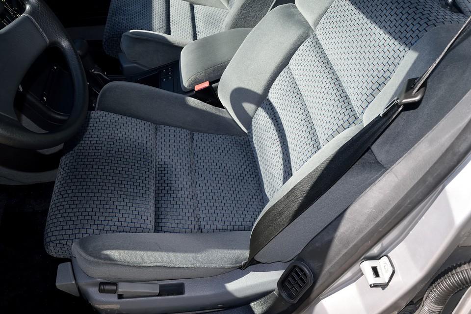 一番使用感の感じる運転席でこの状態です。破れはもちろん、気になる程のスレ、ヘタリもありません!