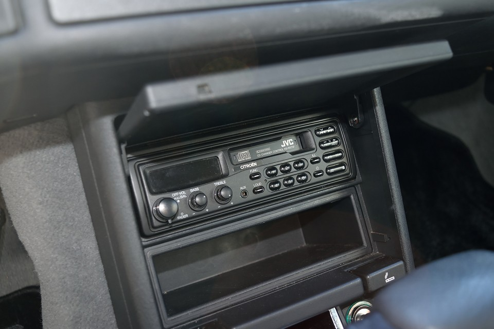 オーディオは、もはや貴重なCITROENロゴ入り純正カセットです。カセットテープを捨てられない貴方・・・やっと出番です(笑)