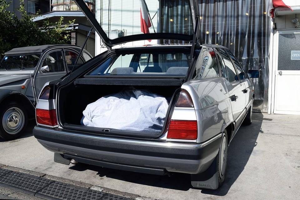 大きいクルマですが、トランクはハッチバック!ガバッと開くので荷物の出し入れも容易!画像のボディカバーは付属しません。