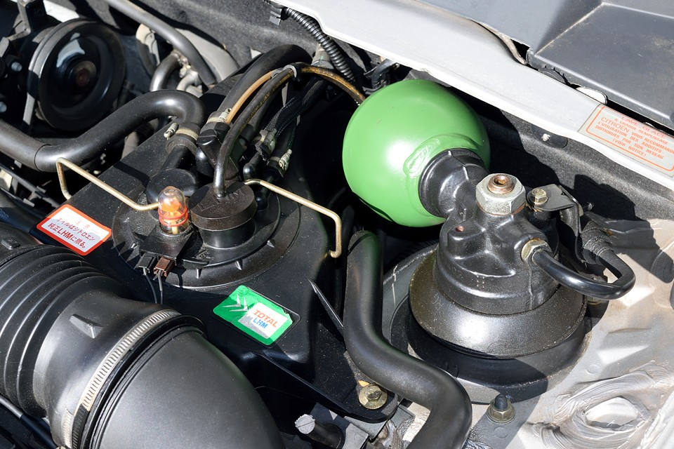 保管中も定期的にエンジンは掛けていたそうで、セルが回らないとか、異音がするとか、いかにも重ったるい回り方をするとか、長期の保管車両にありがちな問題は、現在ありません。