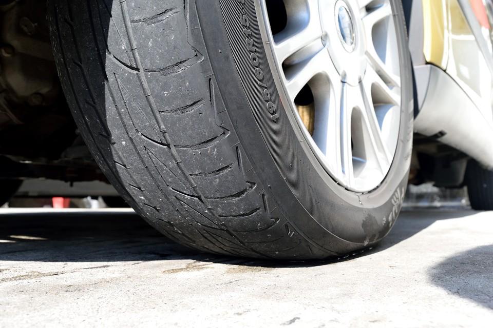 タイヤは・・・もう寿命のようです。ええ~い!タイベル一式交換と合わせて、タイヤも新品交換サービスしちゃいます~!←うっ、言っちゃった・・・社長、すみません(笑)