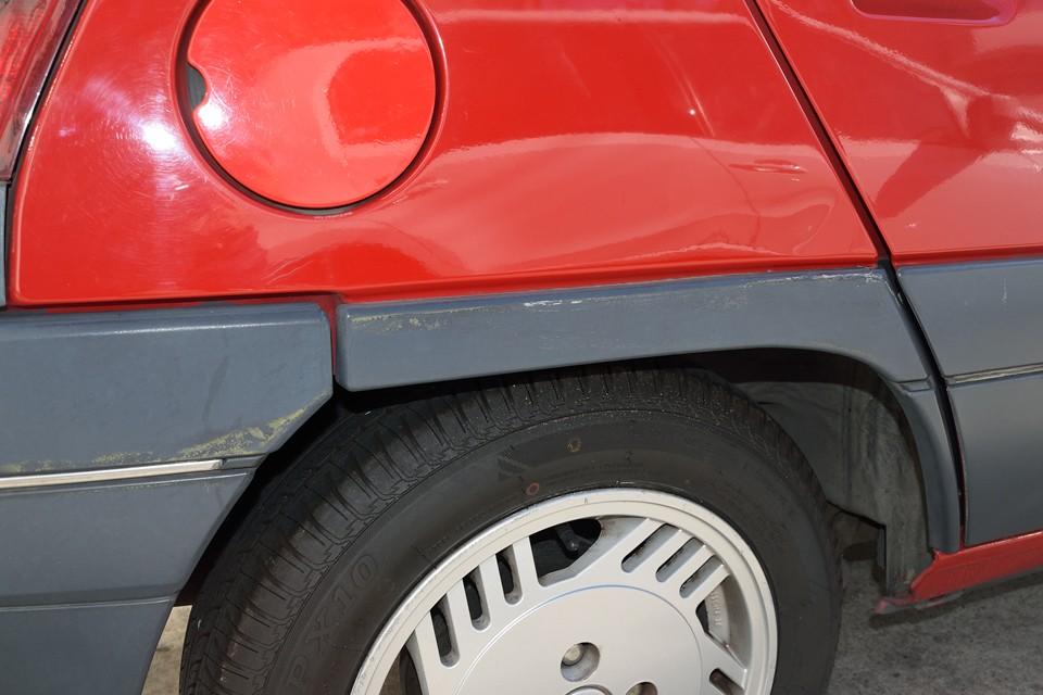 しかしながら、やはり気になる点はあるわけで・・・右リアの樹脂部にご覧のキズが・・・委託販売車なので弊社で加修はしておりませんが、キレイにしたいところでしょうか。もちろん別途にはなりますが補修塗装も承ります!