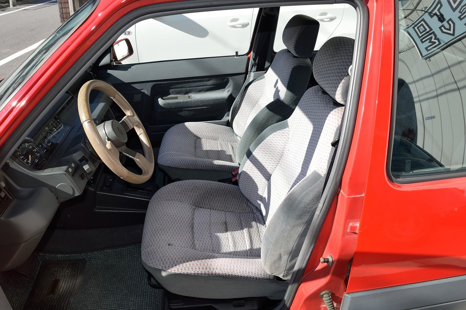 シートは全体的に薄汚れ、運転席には小ホツレもありますが、座り心地は見た目からは想像出来ないほど体にやさしい柔らか~いシートなのです!