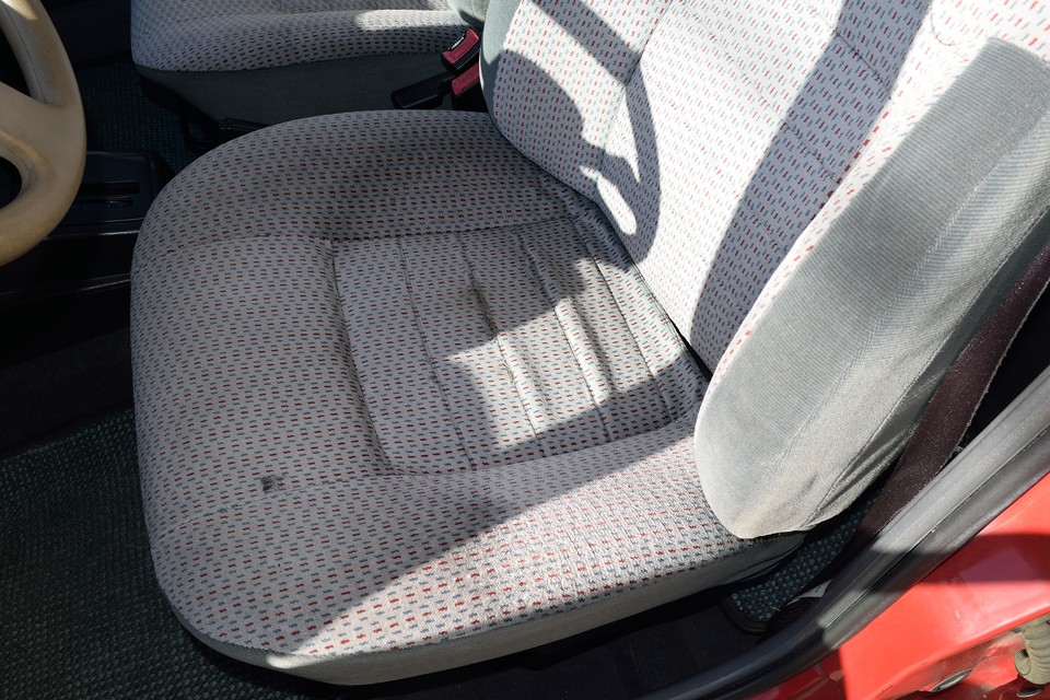 運転席のホツレはご覧の通り。補修可能な範囲です。手前の黒い点は汚れです。