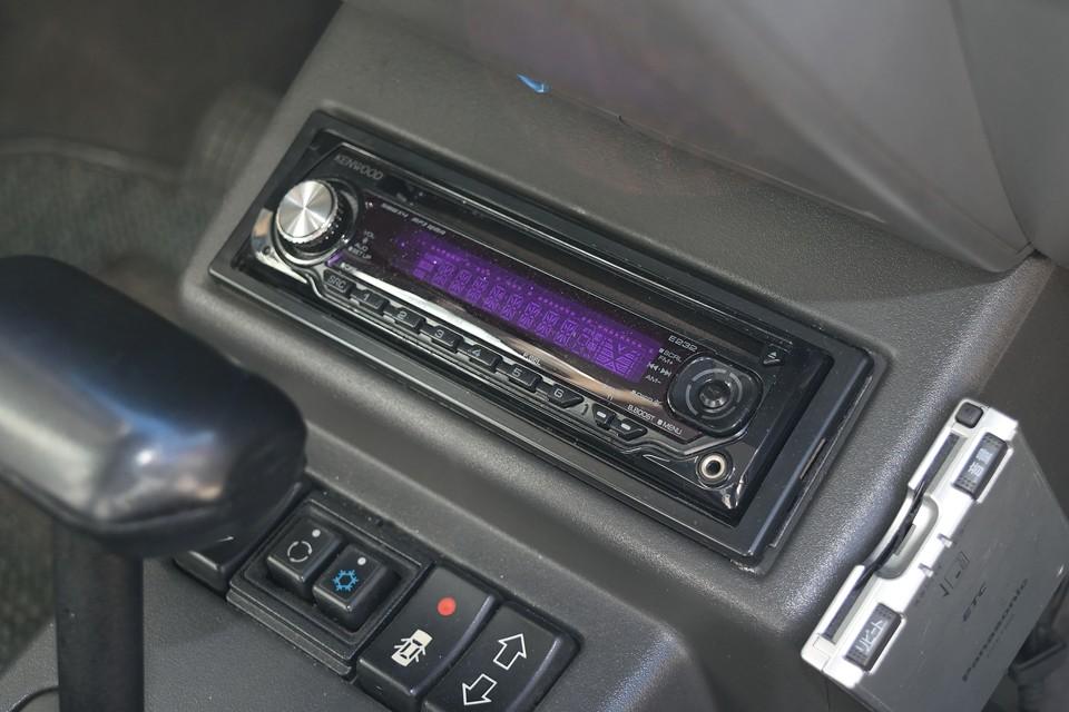 オーディオはご覧のKENWOOD製のものを装備。外部入力端子も装備してますので携帯音楽プレーヤーやスマホも接続可能!