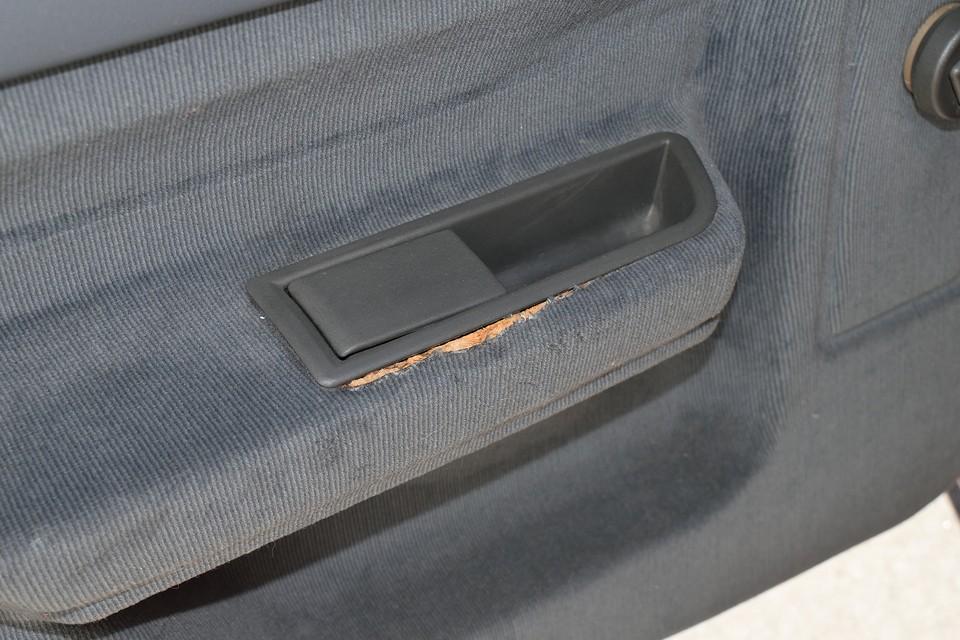 長い年月の間に、生地が痩せて縮んでしまい、左後席のこの部分だけ、内張りが少しめくれてしまっていますが、補修はもちろん可能です。