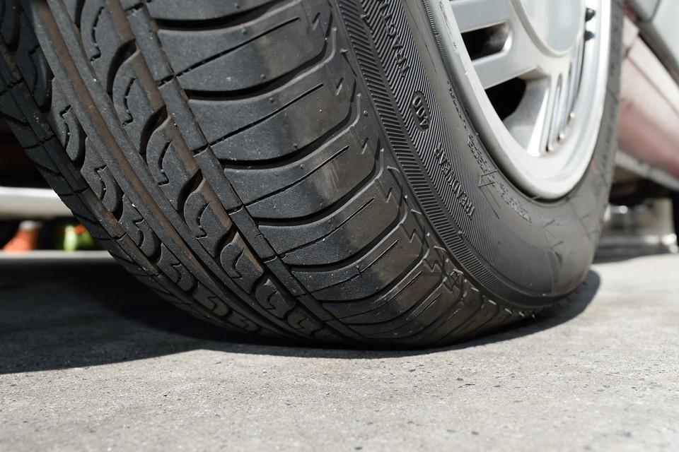 タイヤは新品交換したばかり!ヒゲヒゲなのはもちろん、サイドにある新品時の赤丸もクッキリな状態!これはお得~!