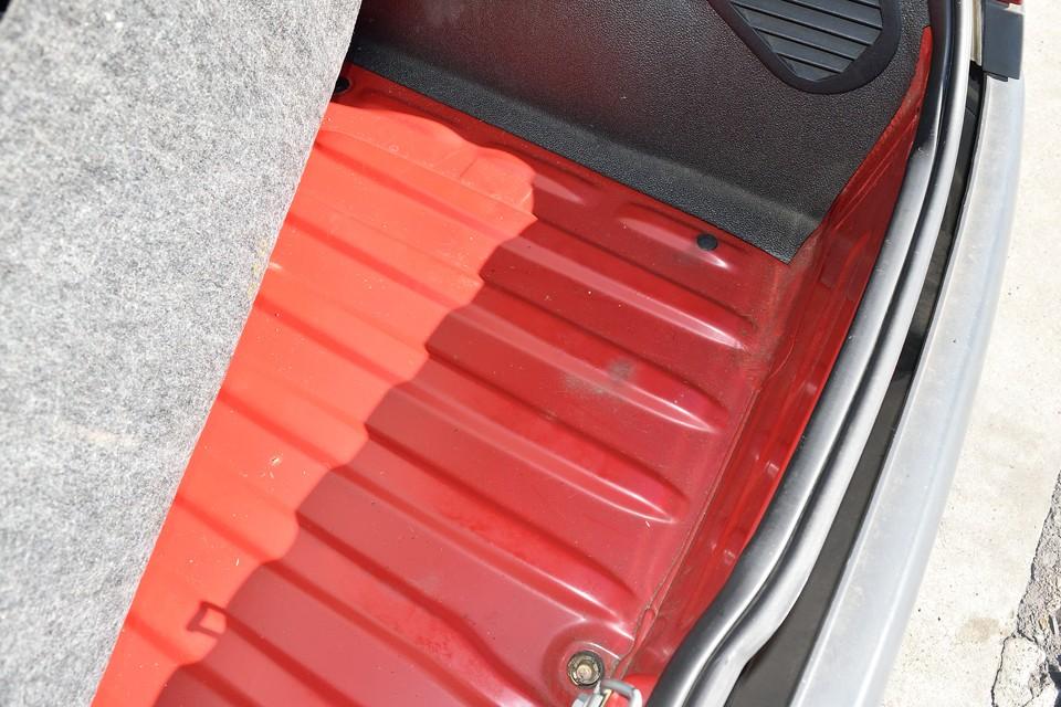 古いクルマで一番気になる事と言えば・・・そう、サビや腐食ですね。比較的錆びやすいトランクの床面もご覧の通り!安心でしょ。