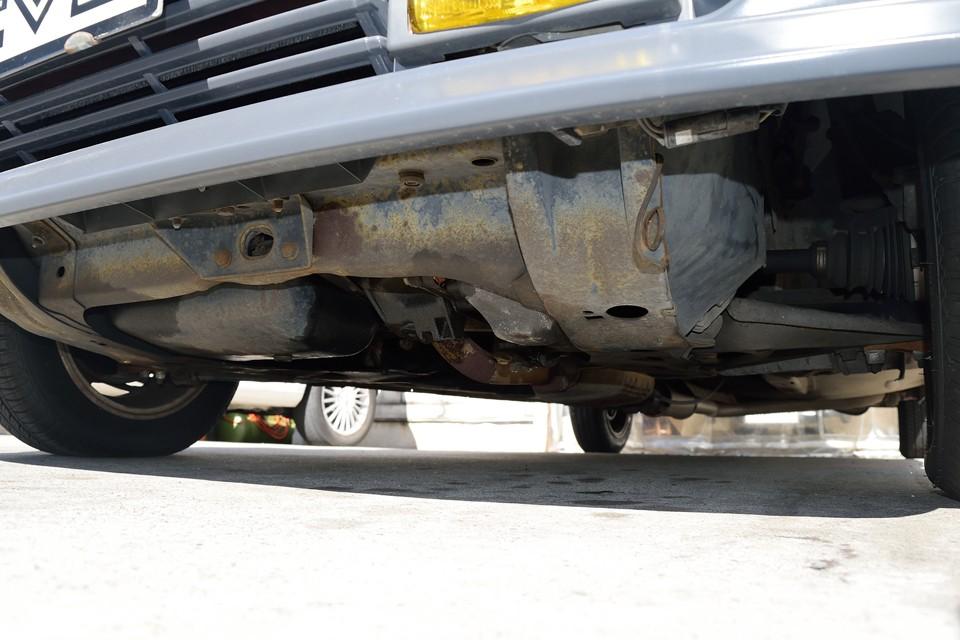 エンジン下面。長年の間に付いたオイル滲み跡はありますが、現在、ポタポタと垂れる様な酷いオイル漏れはありません!