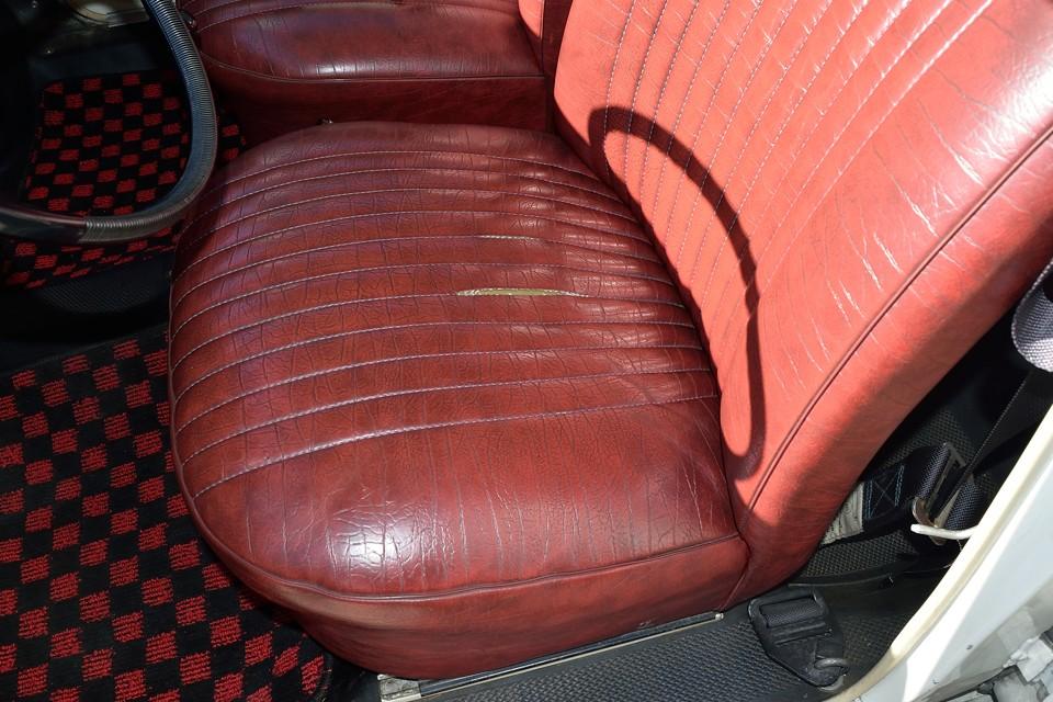 現在、運転席の座面にご覧の切れがありますが、裏から当て布するとかで補修予定ですので、目立たなくなると思います。