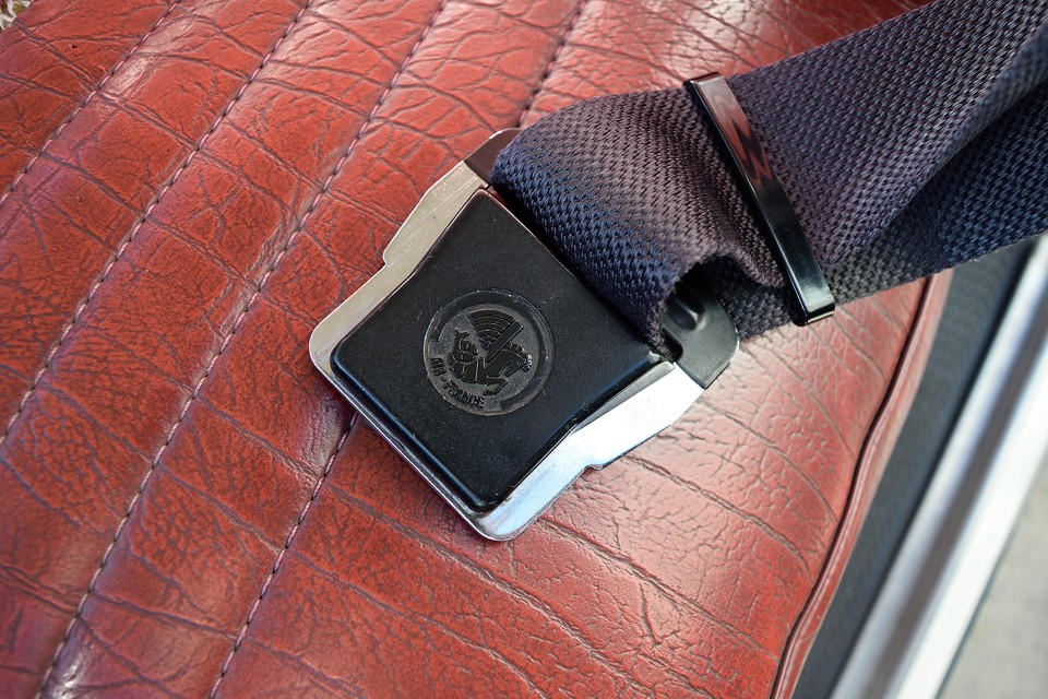 なんとこのクルマ、シートベルトは「AIR FRANCE」のものを装備!しっかりした造りですから安全なのはもちろん、当時のロゴがククゥ~!