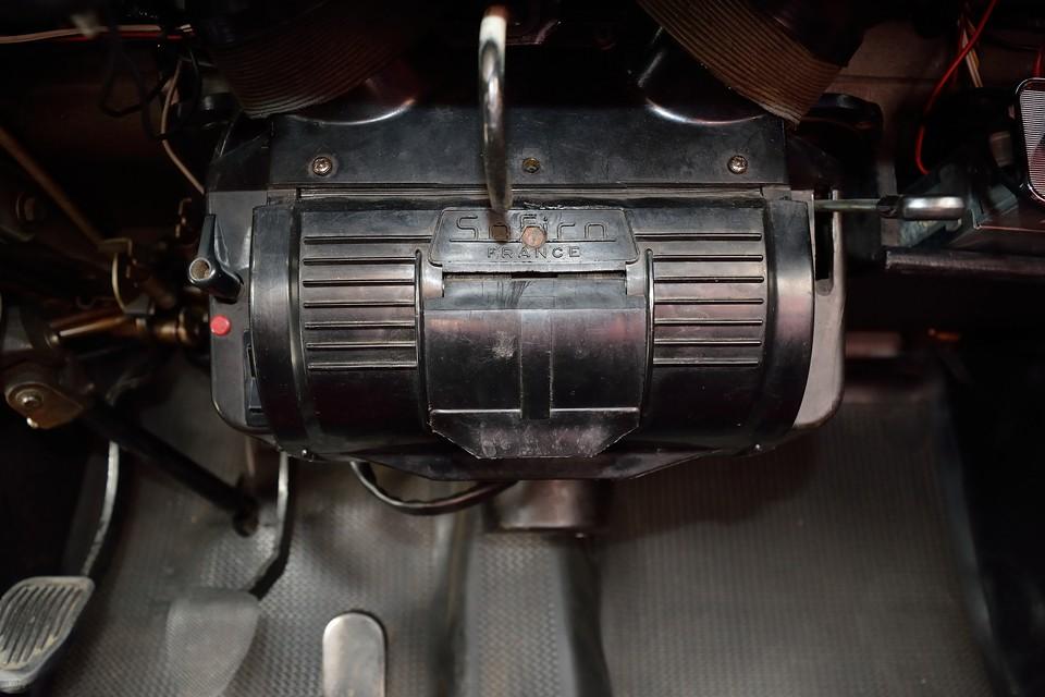 簡単な空調ユニットですが、意外とちゃんと機能します。ヒーターは真ん中のフタを「パカッ」と開ければ、じんわり暖か~い風が・・・掘りゴタツかっ?!