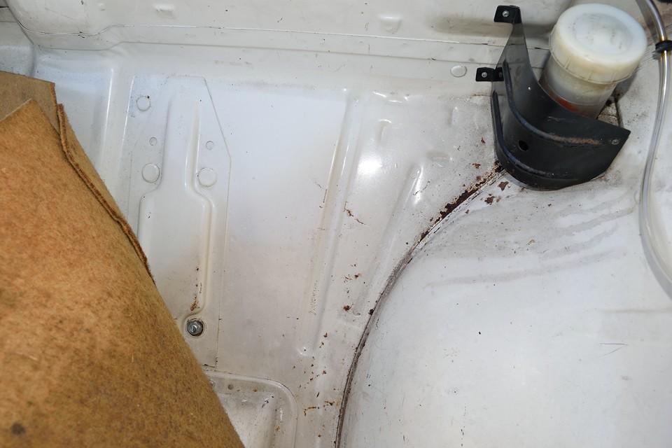 トランク床面の表面にご覧の小サビはありますが、強度を損なうような酷いものではありません。