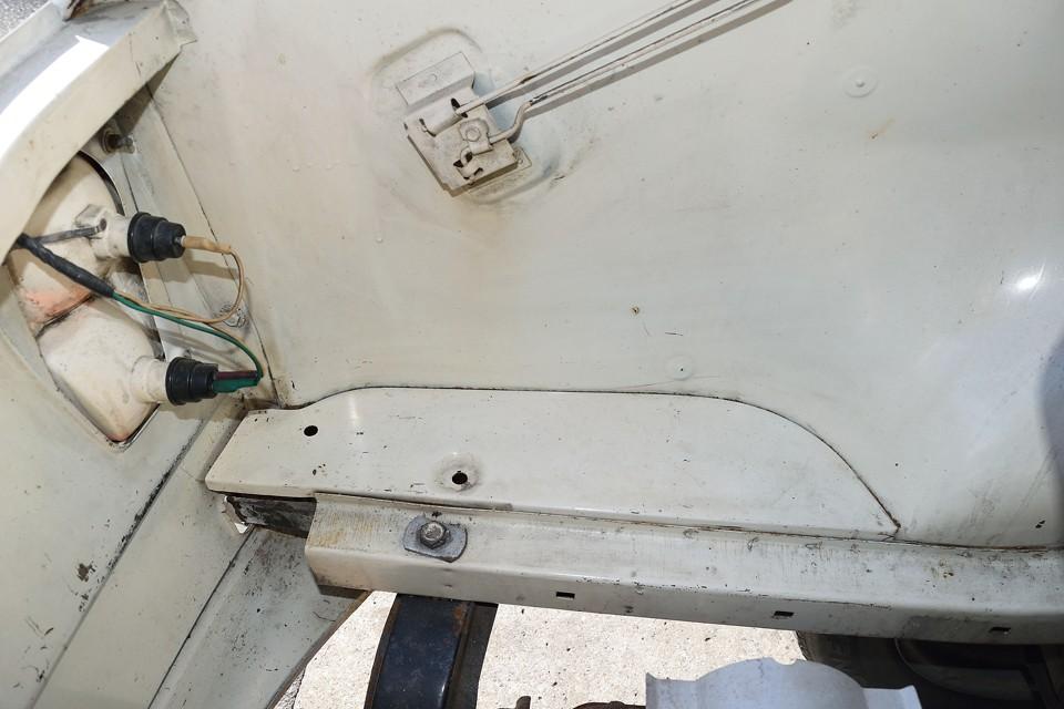 エンジンルーム左後方。サビや腐食はほぼ皆無!スッカスカなので、リアのバルブ交換とか、掃除とかも楽々~!必要ないのにしたくなっちゃうじゃ~ん!(笑)